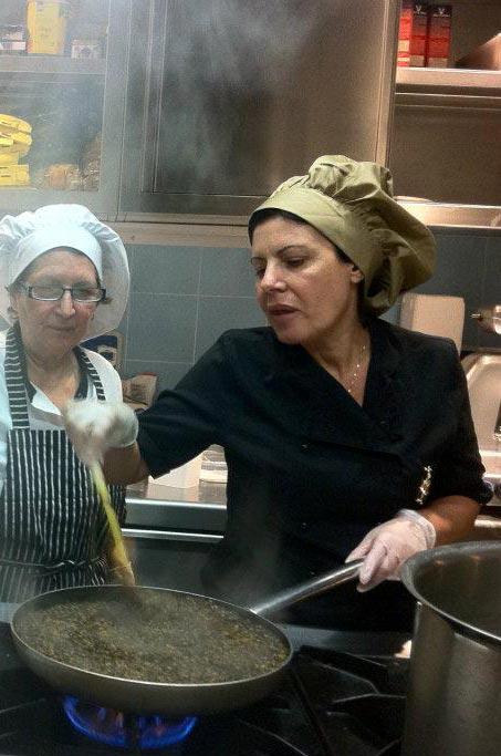 chef monica in cucina al ristorante molo